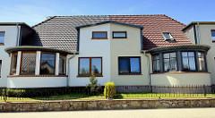 Doppelhaus mit rundem Anbau; symmetrische Architektur - unterschiedliche Farbgebung der Hausfassade; Klüßenberg in Ribnitz-Damgarten.