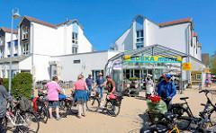 Einkaufszentrum auf Hiddensee / Vite - Touristen mit Fahrrad.
