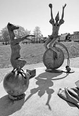 Bronzeskulpturen an der Hafenpromenade von Ribnitz-Damgarten - der Zirkus kommt, Bildhauer Jo Jastram.
