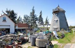 Alte Windmühle in Vite, Insel Hiddensee - jetzt als Wohnraum / Ferienwohnung genutzt - Schrottplatz vor der Tür.