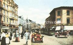 Wilstorfer Straße in Harburg - historische Ansicht; Automobile und Passanten ins Bild montiert; Litfaßsäule  und fahrende Straßenbahn.
