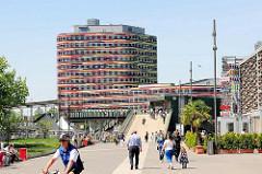 Blick vom Berta Kröger Platz über die Bahnhofspassage zum Gebäude der Hamburger Behörde für Stadtentwicklung und Umwelt (BSU) + Landesbetrieb Geoinformation und Vermessung in Hamburg Wilhelmsburg; fertiggestellt 2013.