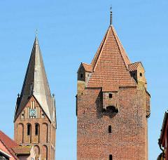 Dammtor, historische, mittelalterliche Befestigungsanlage in Barth; daneben der Kirchturm der Barther St. Marienkirche.