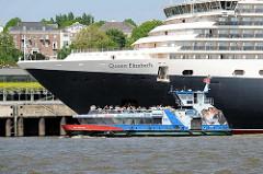 Bug der Queen Elisabeth am Kreuzfahrt Terminal Hamburg Altona - Hafenfähre mit Passagieren.