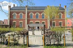 Backsteingebäude - roter und gelber Ziegel - Schulhof der evangelische Grundschule in Barth.