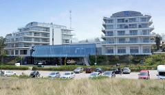 Fünfstöckiges Hotelgebäude am Ostseestrand in Ahrenshoop; Halbinsel Fischland-Darß-Zingst.