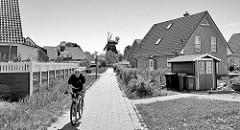 Neubausiedlung / Wohngebiet an der Christoph Cordes Straße in Hamburg Wilhelmsburg - im Hintergrund die Wilhelmsburger Windmühle.