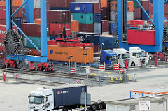 Sattelschlepper / LKW stehen unter dem Portalkran auf dem Gelände vom Hamburger Container Terminal Altenwerder.