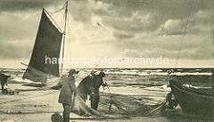Historisches Foto - Strand bei Prerow; Fischer arbeiten am Netz, Fischerboote mit Segel.