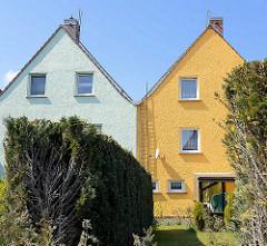 Wohnhäuser / Doppelhaus mit Sattedach, unterschiedlich gestrichene Hausfassade - Architektur in Barth, Alt + Neu.