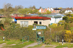 Schrebergarten Häuser - Kleingartenverein Am Strom in Zingst, Mecklenburg-Vorpommern - im Hintergrund Wohnhäuser.