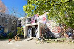 Eingang / Graffiti des AJZ KITA e.V; selbstverwaltetes Jugendzentrum in Ribnitz-Damgarten.