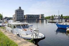 Neubauquartier, sogen. Marina auf der Schlossinsel im Harburger Hafen - Blick über den Überwinterungshafen, im Vordergrund ein Polizeiboot vom Wasserschutzpolizeikommissariat 3.