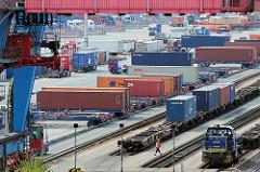 Containerbahnhof / Containerterminal Altenwerder - Hamburger Hafen; Container mit Sattelauflieger - Güterzug mit Containerwagen.