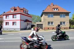 Kubische Wohnhäuser mit Walmdach - unterschiedliche Fassadengestaltung - Motorradfahrer auf der Stralsunder Chaussee im Ortsteil Damgarten; Ribnitz-Damgarten