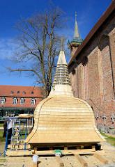 Restaurierung vom Turmhelm der Klosterkirche in Ribnitz-Damgarten.