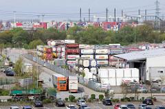 Gewerbegebiet in Hamburg Altenwerder -  Lager mit Gas Tank Containern; im Hintergrund Containerlager in Hamburg Waltershof.