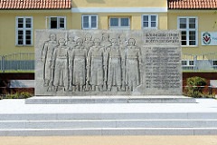 Sowjetische Ehrenmal in Barth,  Friedhof für 13 Soldaten der II. Belorussischen Armee. Betonmauer mit Halbrelief, Bildhauer Reinhard Schmidt, 1968.