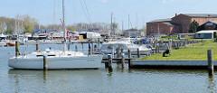 Marina im Osthafen von Barth - Motorboote und Segelboote liegen am Steg.