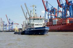 Das Baggerschiff AKKE arbeitet im Hamburger Hafen vor dem Container Terminal Burchardkai - das Arbeitsschiff ist ein schwimmendes Wasserinjektionsgerät, das Schlickablagerungen mit einem Spülrohr beseitigt.