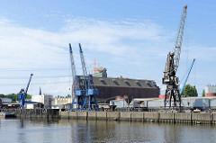 Blick über den Seehafen 1 in Hamburg Harburg - Speichergebäude, Kräne.