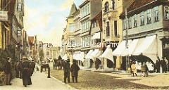 Historische Aufnahme von der Mühlenstraße in Hamburg Harburg - Straße mit Kopfsteinpflaster, Passanten - Geschäfte mit weissen Markisen.