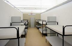 Sechs-Bett Zimmer, Spind - es gibt 786 Schlafplätze für max. 48 Std. im neuen Ankuftszentrum für Flüchtlinge in Hamburg Rahlstedt / Meiendorf - Zentrale Erstaufnahme ZEA am Bargkoppelweg.