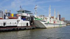 Schwimmendes Flüssiggas-Kraftwerk HUMMEL - das Schiff soll die Kreuzfahrtschiffe der AIDA Flotte mit Landstrom versorgen. Die Generatoren der 77m langen Schute haben 7,5 Megawatt Leistung.