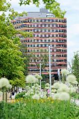 Eingangsbereich zum Inselpark in Hamburg Wilhelmsburg - im Hintergrund das Gebäude der Hamburger Behörde für Stadtentwicklung und Umwelt (BSU) + Landesbetrieb Geoinformation und Vermessung; fertiggestellt 2013.