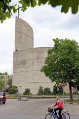 Römisch-katholische Kirche St. Maximilian Kolbe in Hamburg-Wilhelmsburg; geweiht 1974 - Architekt Jo Filke. Die denkmalgeschützte Kirche wurde 2013 profaniert / entweiht und sollte 2014 abgerissen werden  - jetzt wird das Gebäude saniert und zum Zent