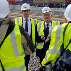 Geschäftsführer des HHLA Container Terminals Altenwerder, Oliver Dux (lks.) und Dr. Stefan Behnfan Behn,  Vorstandsmitglied der Hamburger Hafen und Logistik AG am Containerbahnhof des Terminals.
