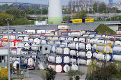 Gewerbegebiet in Hamburg Altenwerder -  Lager mit Gas Tank Containern.