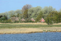 Feriensiedlung Kirr und Kranichhof auf der Insel Kirr im Barther Bodden bei Zingst.  Die Vogelschutzinsel Kirr ist eine Salzgrasinsel mit einer Länge von ca. 3,5 km und einer maximalen Breite von 1,5 km mit weitverzweigten Prielen. Durch den Natur