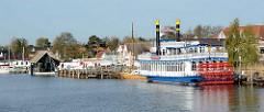 Hafen von Zingst am Barther Bodden - das Ausflugsschiff River Star - Mississippi-Schaufelraddampfer - hat am Anleger festgemacht.