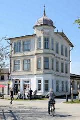 Historische Bäderarchitektur auf Hiddensee / Vite - alte Villa, restaurierungsbedürftig - Erdgeschoss Fassade mit weisser Farbe gestrichen, Fahrradverleih.