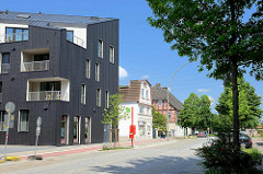 Altbauten / Neubauten, moderne und historische Architektur an der Schloßstrasse in Hamburg Harburg; die Rückseite der Neubauten / Wohnquartier Maritimes Wohnen / liegt am Harburger Kaufhauskanal.