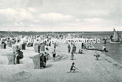 Altes Foto - Badestrand mit Badegästen, spielende Kinder im Ostseebad Prerow - Strandkörbe und Sandburgen, Segelschiff am Holzsteg.