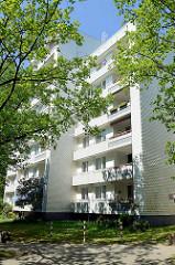 Mehrstöckiges Wohngebäude, Hochhaus mit Balkons und strukturierter, reliefartiger Hausfassade - Am Knill in Hamburg Rahlstedt.
