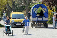 Privatwagen sind auf der Ostseeinsel Hiddensee verboten - die Post wird mit einem Elektroauto ausgeliefert - Touristentransport mit Pferd und Wagen.