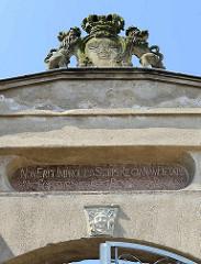 Eingang mit Wappen und lateinischer Inschrift - Adliges Fräuleinstift in Barth.