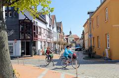 Blick durch die Klosterstraße zum Adligen Fräuleinstift von Barth; zweiflüglige Barockanlage erbaut 1741.