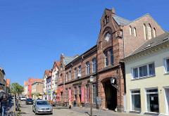 Historisches Postgebäude, roter Klinkerbau - jetzt Gewerbenutzung; Lange Straße / Barth.