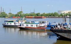 Liegeplatz für Binnenschiffe im Seehafen 1 in Hamburg Harburg - im Hintergrund ein Schubverband mit Containern und ein Binnenschiff auf der Süderelbe.