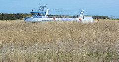 Blick von der Insel Kirr zum Zingster Strom - die Fähre Likedeeler fährt Richtung Hafen Zingst.