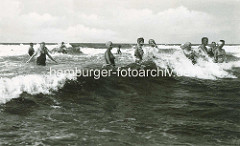 Historisches Foto vom  Ostseebad Zingst - Badegäste amüsieren sich in den Wellen der Ostsee - Frauen mit Badekappen, Männer mit einteilige Badeanzügen.