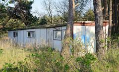 Verfallene, unbenutzte Ferienwohnungen / Reihenbauweise in Prerow an der Ostsee.