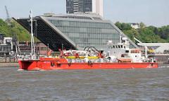Ölbekämpfungsschiff MPOSS in Fahrt auf der Elbe vor Hamburg Neumühlen - im das Bürogebäude Docklands; futuristisches Gebäude, Architekt  Hadi Teherani.