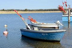 Hafen / Nothafen Darßer Ort bei Prerow im Nationalpark Vorpommersche Boddenlandschaft. Fischerboote mit roten Flaggen, die ausgelegte Fischernetze markieren.