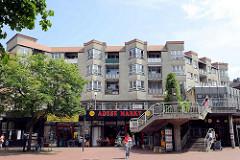 Wohnanlage und Geschäfte; Architektur der 1970er Jahre - Rieckhoffstraße in Hamburg Harburg.