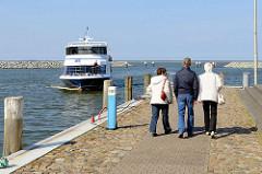 Fähranleger im Barther Hafen - die Personenfähre / Fahrradmitnahme, die den Fährverkehr zwischen Barth und Zingst bedient, fährt in den Hafen ein.